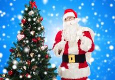 Άγιος Βασίλης με την τσάντα και το χριστουγεννιάτικο δέντρο Στοκ εικόνες με δικαίωμα ελεύθερης χρήσης