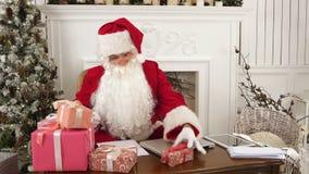 Άγιος Βασίλης με την υπογραφή εργαστηρίων Χριστουγέννων του παρουσιάζει για τα παιδιά απόθεμα βίντεο
