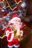 Άγιος Βασίλης με τη γιρλάντα Στοκ φωτογραφία με δικαίωμα ελεύθερης χρήσης