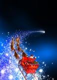 Άγιος Βασίλης με το έλκηθρο ταράνδων που οδηγά σε ένα μειωμένο αστέρι - μπλε Β Στοκ Φωτογραφία