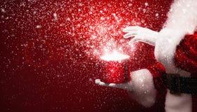 Άγιος Βασίλης με το μαγικό κιβώτιο στοκ φωτογραφία με δικαίωμα ελεύθερης χρήσης