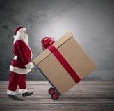 Άγιος Βασίλης με το μεγάλο χριστουγεννιάτικο δώρο Στοκ φωτογραφία με δικαίωμα ελεύθερης χρήσης