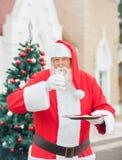 Άγιος Βασίλης με το πόσιμο γάλα μπισκότων Στοκ εικόνα με δικαίωμα ελεύθερης χρήσης