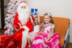 Άγιος Βασίλης παρουσίασε τα πρώτα κορίτσια δώρων Στοκ Εικόνα