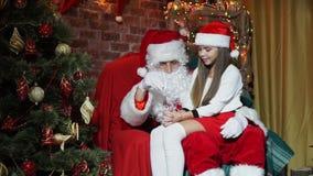 Άγιος Βασίλης παρουσιάζει μαγικό για τα κορίτσια απόθεμα βίντεο