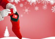 Άγιος Βασίλης που βάζει τα δώρα στις γυναικείες κάλτσες Χριστουγέννων Στοκ εικόνες με δικαίωμα ελεύθερης χρήσης