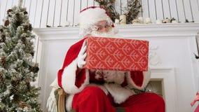 Άγιος Βασίλης που εξετάζει τη κάμερα και που πειράζει με ένα παρόν απόθεμα βίντεο