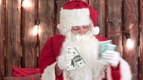 Άγιος Βασίλης που μετρά τα χρήματά του και που παρουσιάζει εξαφανιμένος τέχνασμα χρημάτων απόθεμα βίντεο