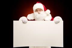 Άγιος Βασίλης που παρουσιάζει πρότυπο Χριστουγέννων Στοκ εικόνα με δικαίωμα ελεύθερης χρήσης