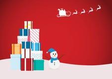 Άγιος Βασίλης που πετά με το έλκηθρο ταράνδων με τα κιβώτια δώρων και το χιονάνθρωπο στο υπόβαθρο Χριστουγέννων διακοπών Στοκ Φωτογραφία