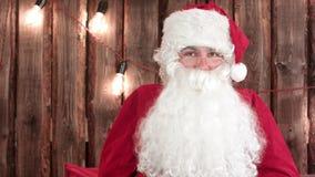 Άγιος Βασίλης που τινάζει ένα μικρό δώρο που για να υποθέσει ποιο ` s μέσα απόθεμα βίντεο