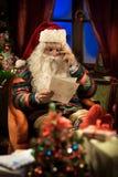 Άγιος Βασίλης που χαλαρώνει στο σπίτι στοκ εικόνες