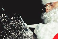 Άγιος Βασίλης που χρησιμοποιεί ένα κινητό τηλέφωνο στο χρόνο Cristmas Στοκ Εικόνα