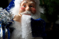 Άγιος Βασίλης σε ένα μπλε παλτό με μια τσάντα με τα δώρα Στοκ εικόνα με δικαίωμα ελεύθερης χρήσης