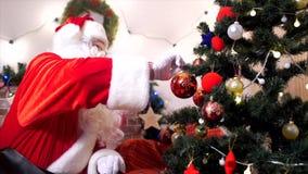 Άγιος Βασίλης σε ένα χριστουγεννιάτικο δέντρο διακοσμεί απόθεμα βίντεο