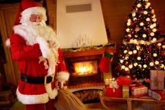 Άγιος Βασίλης σε μια βιασύνη, που ελέγχει το χρόνο στοκ εικόνες