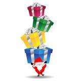 Άγιος Βασίλης φέρνει το βαρύ κιβώτιο δώρων στοκ φωτογραφίες με δικαίωμα ελεύθερης χρήσης