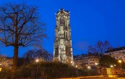 Άγιος Ζακ Tower στο Παρίσι δεμένη όψη σκαφών λιμένων νύχτας στοκ φωτογραφία με δικαίωμα ελεύθερης χρήσης