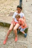 Άγιος Μαρίνος, Άγιος Μαρίνος - 10 Ιουλίου 2017: Κουρασμένοι τουρίστες στο πόδι του κάστρου Στοκ φωτογραφίες με δικαίωμα ελεύθερης χρήσης