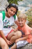 Άγιος Μαρίνος, Άγιος Μαρίνος - 10 Ιουλίου 2017: Μητέρα τουριστών με το γιο της στην άκρη του απότομου βράχου Στοκ φωτογραφία με δικαίωμα ελεύθερης χρήσης