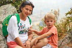 Άγιος Μαρίνος, Άγιος Μαρίνος - 10 Ιουλίου 2017: Μητέρα τουριστών με το γιο της στην άκρη του απότομου βράχου Στοκ Φωτογραφίες