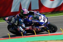 Άγιος Μαρίνος Ιταλία - 12 Μαΐου: Επίσημη ομάδα SBK Rizla του Alex Lowes GBR Yamaha YZF R1 Pata Yamaha, στη δράση στο κύκλωμα Imol Στοκ Εικόνα