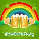 Άγιος Πάτρικ Day Celebration Success και τα χέρια συμβόλων ευημερίας κρατούν την κούπα της μπύρας με το εικονίδιο αφρού στο μοντέ Στοκ φωτογραφία με δικαίωμα ελεύθερης χρήσης