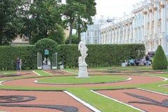Άγιος-ΠΕΤΡΟΥΠΟΛΗ, ΡΩΣΙΑ - 10 Ιουλίου 2014: Το πάρκο Tsarskoye Selo παλατιών της Catherine Στοκ Φωτογραφία