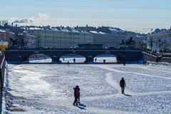 Άγιος-Πετρούπολη Οι άνθρωποι περπατούν στον πάγο Στοκ Φωτογραφία