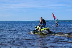 Άγιος-Πετρούπολη Ρωσία 05 27 2018 Αεριωθούμενο σκι στην ακτή άτομο Στοκ φωτογραφία με δικαίωμα ελεύθερης χρήσης
