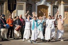 Άγιος-Πετρούπολη, Ρωσία, 15-Απρίλιος-2018: Ο χορός Krishnas λαγών και τραγουδά r στοκ εικόνες