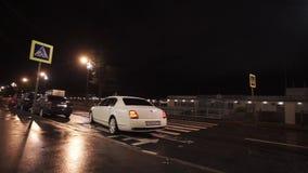 Άγιος-Πετρούπολη, Ρωσία - 26 Αυγούστου 2017: Οδήγηση αυτοκινήτων Bentley στην πόλη νύχτας απόθεμα βίντεο