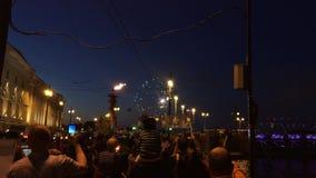 Άγιος-Πετρούπολη, Ρωσία - 30 Ιουλίου 2017: Άνθρωποι που προσέχουν το πυροτέχνημα στο ανάχωμα πόλεων τη νύχτα Fireshow φιλμ μικρού μήκους