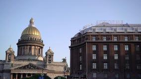 Άγιος-Πετρούπολη, Ρωσία - 18 Ιουλίου 2018: Καθεδρικός ναός του ST Isaac ` s κάτω από το μπλε ουρανό και ξενοδοχείο Astoria στο ST φιλμ μικρού μήκους