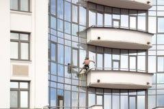 Άγιος Πετρούπολη, Ρωσία - 8 Ιουλίου 2017: Ο ορειβάτης πλένει τα παράθυρα σε ένα νέο κατοικημένο κτήριο στο νησί Krestovsky Βιομηχ στοκ φωτογραφίες