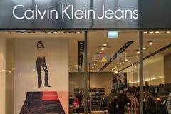 Άγιος Πετρούπολη, Ρωσία - 10 Οκτωβρίου 2018: Τζιν του Calvin Klein καταστημάτων στη λεωφόρο αφηρημένο λογότυπο στοιχείων επιχείρη στοκ εικόνα