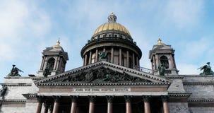 Άγιος-Πετρούπολη Ρωσία, στις 3 Μαρτίου 2019: Άποψη του καθεδρικού ναού του ST Isaac στην ηλιόλουστη ημέρα μπροστά από το μπλε ουρ απόθεμα βίντεο