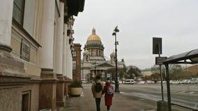 Άγιος-Πετρούπολη Ρωσία, στις 3 Μαρτίου 2019: Ζεύγος ετεροφυλόφιλων των τουριστών που περπατούν προς τον καθεδρικό ναό του ST Isaa απόθεμα βίντεο
