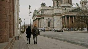 Άγιος-Πετρούπολη Ρωσία, στις 3 Μαρτίου 2019: Ζεύγος που περπατά στην οδό κοντά στον καθεδρικό ναό του ST Isaacs φιλμ μικρού μήκους