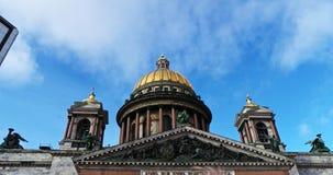 Άγιος-Πετρούπολη Ρωσία, στις 3 Μαρτίου 2019: Καθεδρικός ναός του ST Isaac στην ηλιόλουστη ημέρα μπροστά από το μπλε ουρανό απόθεμα βίντεο