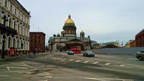 Άγιος-Πετρούπολη Ρωσία, στις 3 Μαρτίου 2019: Κυκλοφορία οδών με τον καθεδρικό ναό του ST Isaacs στο υπόβαθρο φιλμ μικρού μήκους