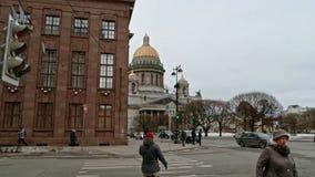 Άγιος-Πετρούπολη Ρωσία, στις 3 Μαρτίου 2019: Πεζός crossiang, άνθρωποι που περπατούν στην οδό κοντά στον καθεδρικό ναό του ST Isa απόθεμα βίντεο