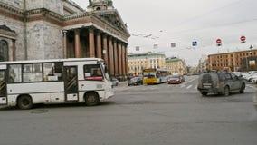 Άγιος-Πετρούπολη Ρωσία, στις 3 Μαρτίου 2019: Ώρα κυκλοφοριακής αιχμής στην οδό κοντά στον καθεδρικό ναό του ST Isaacs απόθεμα βίντεο