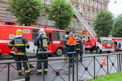 Άγιος Πετρούπολη, Ρωσία, στο πρωί της 13ης Σεπτεμβρίου 2017 Οι πυροσβέστες εξαφανίζουν μια μεγάλη πυρκαγιά στη στέγη του α Στοκ φωτογραφία με δικαίωμα ελεύθερης χρήσης