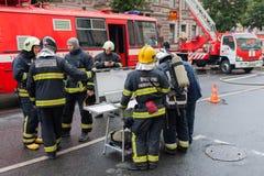 Άγιος Πετρούπολη, Ρωσία, στο πρωί της 13ης Σεπτεμβρίου 2017 Οι πυροσβέστες εξαφανίζουν μια μεγάλη πυρκαγιά στη στέγη του α Στοκ Εικόνες