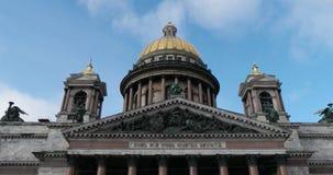 Άγιος-Πετρούπολη Ρωσία, 03 του Μαρτίου του 2019: Μπροστινή άποψη του καθεδρικού ναού του ST Isaacs στην ηλιόλουστη ημέρα μπροστά  απόθεμα βίντεο