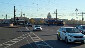 Άγιος Πετρούπολη, Ρωσία - το Μάρτιο του 2019: Κινούμενα οχήματα στους δρόμους και τη γέφυρα Αγίου Πετρούπολη φιλμ μικρού μήκους