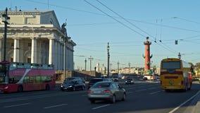 Άγιος Πετρούπολη, Ρωσία - το Μάρτιο του 2019: Κινούμενα οχήματα στο δρόμο κοντά στις ραμφικές στήλες σε Άγιο Πετρούπολη φιλμ μικρού μήκους