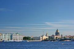 Άγιος-Πετρούπολη. Όψη της αποβάθρας παλατιών Στοκ φωτογραφίες με δικαίωμα ελεύθερης χρήσης