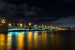 Άγιος-Πετρούπολη Η γέφυρα πέρα από τον ποταμό Neva Στοκ εικόνες με δικαίωμα ελεύθερης χρήσης